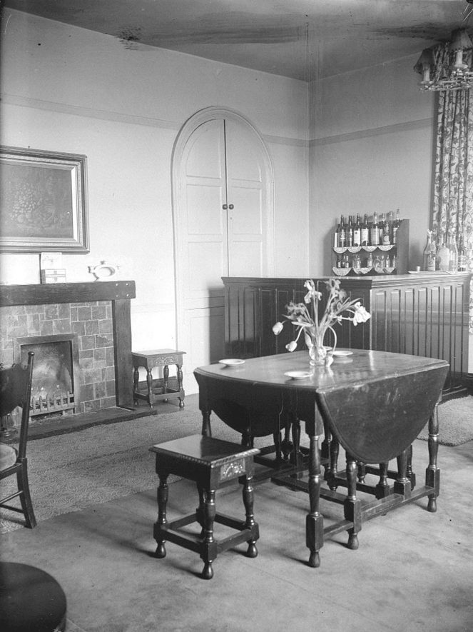 The lounge at the Crown Inn, Haselor.  1930s    IMAGE LOCATION: (Warwickshire County Record Office)