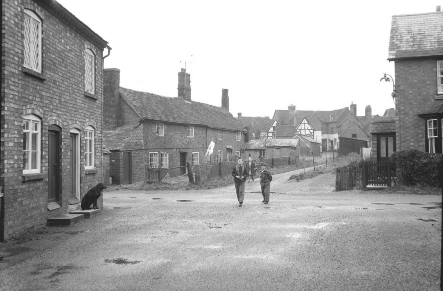 Moorfields, Alcester, showing houses and children.  1950s |  IMAGE LOCATION: (Warwickshire County Record Office)