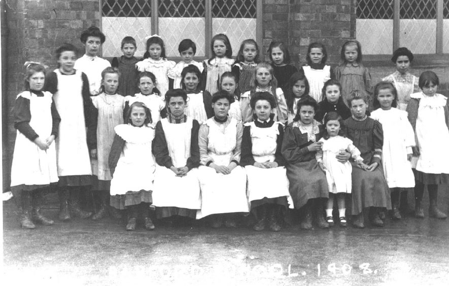 Barford school pupils outside the school in 1908. |  IMAGE LOCATION: (Warwickshire County Record Office)