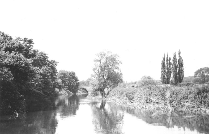 Barford bridge as seen from the end of Keytes Lane, with the River Avon in the foreground.  1967 |  IMAGE LOCATION: (Warwickshire County Record Office)
