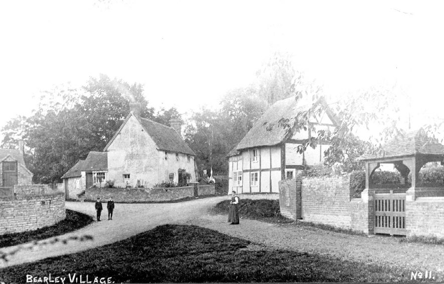 Cottages and lych gate in Bearley.  Circa 1908 |  IMAGE LOCATION: (Warwickshire County Record Office)