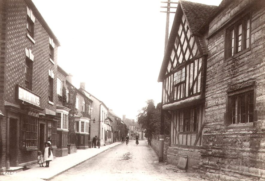 Falcon Inn on right, High Street, Bidford on Avon.  1910 |  IMAGE LOCATION: (Warwickshire County Record Office)