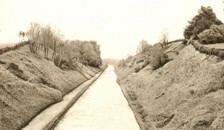 The Oxford canal running through the Easenhall cutting, Brinklow.  1910s |  IMAGE LOCATION: (Warwickshire County Record Office)