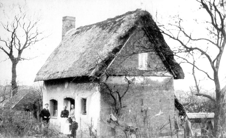 A cottage at Hampton on the Hill.  1910s |  IMAGE LOCATION: (Warwickshire County Record Office)