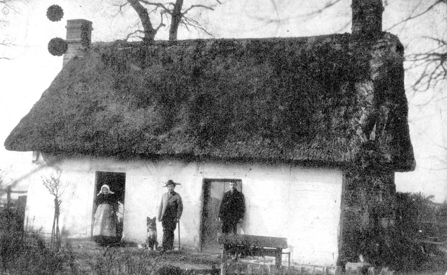 A cottage at Hampton on the Hill.  1900s    IMAGE LOCATION: (Warwickshire County Record Office)