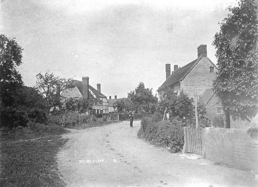A village street in Marlcliff.  Circa 1910 |  IMAGE LOCATION: (Warwickshire County Record Office)