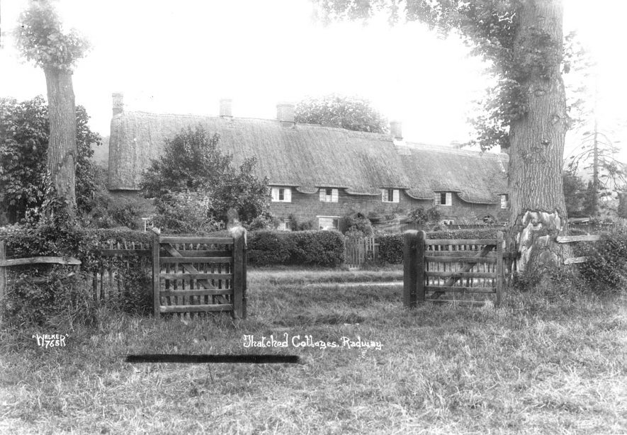 Cottages in Radway.  1930s |  IMAGE LOCATION: (Warwickshire County Record Office)
