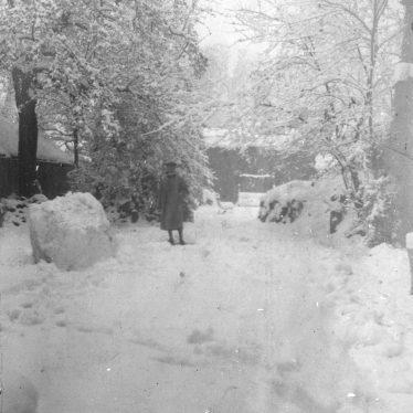 Warwick.  Garden in Jury Street under snow
