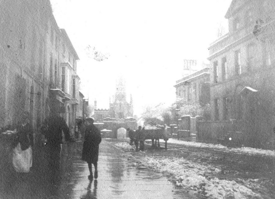 Jury Street, Warwick, looking towards Eastgate. There is snow on the ground and a horse and cart are also seen.  1900s |  IMAGE LOCATION: (Warwickshire County Record Office)
