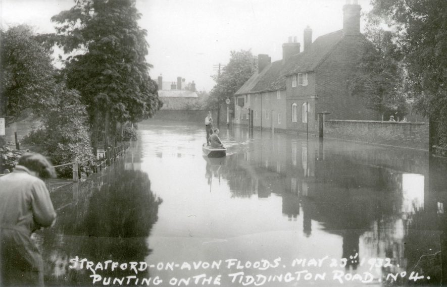 Floods on the Tiddington Road, Stratford upon Avon. A punt and two men are on the water.  May 20th 1932 |  IMAGE LOCATION: (Warwickshire County Record Office)