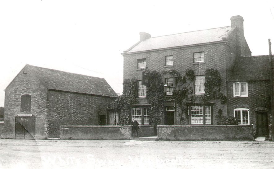 The White Swan, Wilmcote.  1910s |  IMAGE LOCATION: (Warwickshire County Record Office)