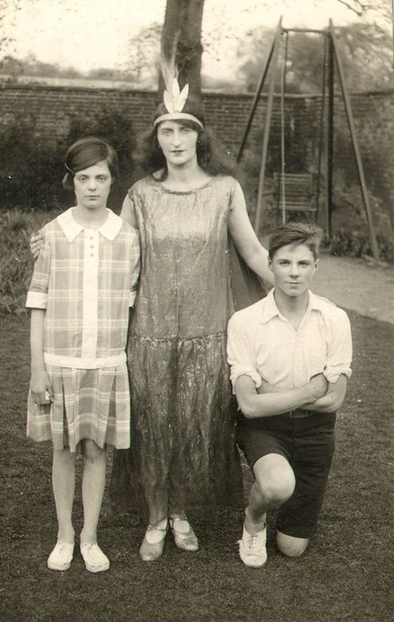 Mrs Potts and two children, Warwick.  1920s |  IMAGE LOCATION: (Warwickshire County Record Office) PEOPLE IN PHOTO: Potts, Mrs, Potts as a surname