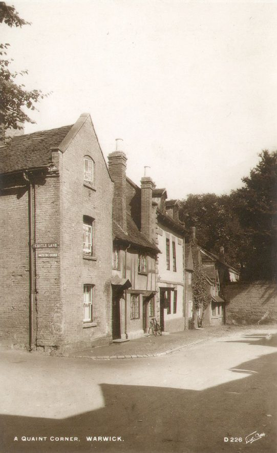 Cottages in Castle Lane, Warwick.  1920s    IMAGE LOCATION: (Warwickshire County Record Office)