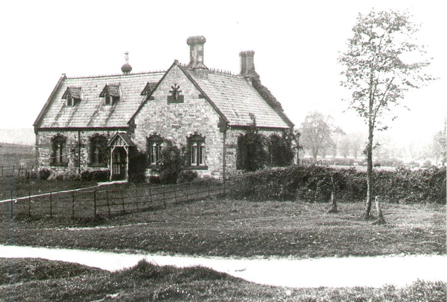 The school house from The Green, Chesterton.  1900s |  IMAGE LOCATION: (Warwickshire County Record Office)