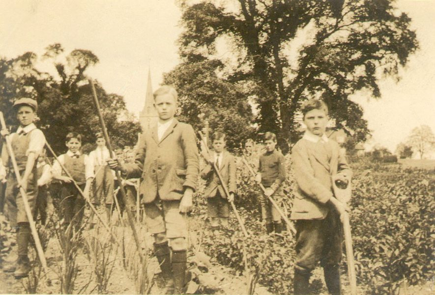 Lapworth School gardening class.  1920s |  IMAGE LOCATION: (Warwickshire County Record Office)