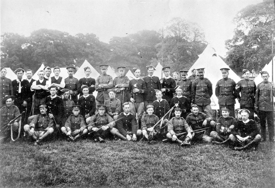 A group of men from The Warwickshire Imperial Yeomanry at camp. There are several men from Gaydon in the photograph.  1900s |  IMAGE LOCATION: (Warwickshire County Record Office)