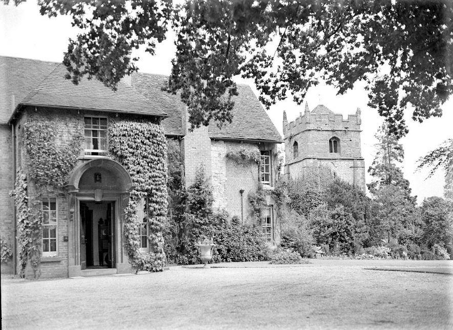 The Manor House and St Nicholas church, Frankton.  August 2nd 1939 |  IMAGE LOCATION: (Warwickshire County Record Office)