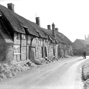 Hampton Lucy.  Thatched cottages
