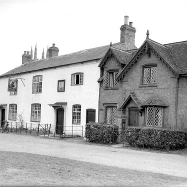 Hampton Lucy.  Boar's Head and cottages