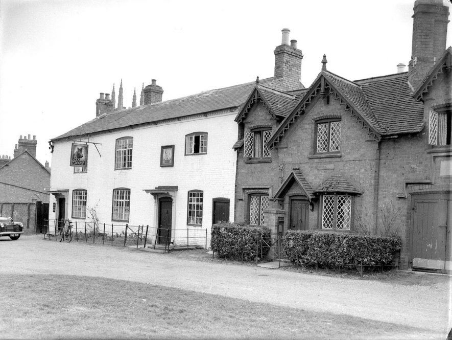 The Boar's Head public house and cottage, Hampton Lucy.  March 15th 1950 |  IMAGE LOCATION: (Warwickshire County Record Office)