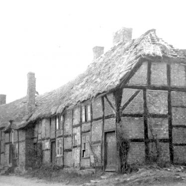 Hampton Lucy.  Thatched and timbered cottages