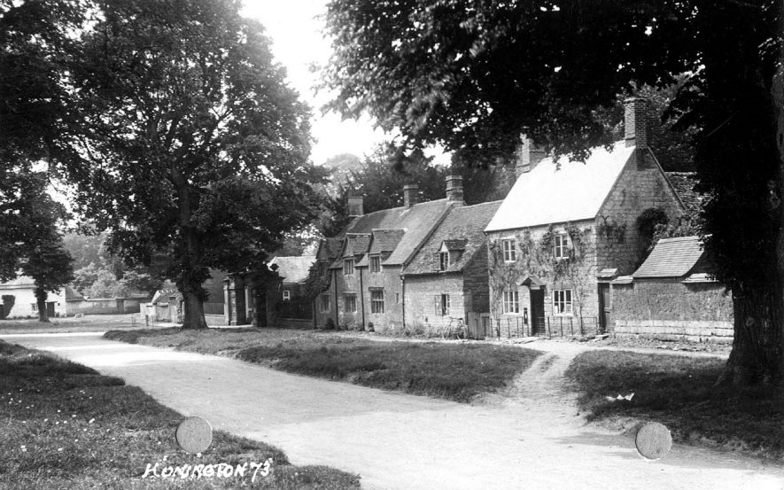 Cottages in the main street, Honington.  1920s    IMAGE LOCATION: (Warwickshire County Record Office)