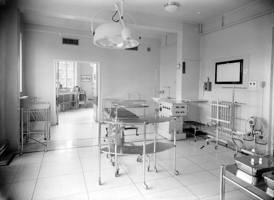 King Edward VII Memorial hospital, Hatton, operating theatre.  1953 |  IMAGE LOCATION: (Warwickshire County Record Office)