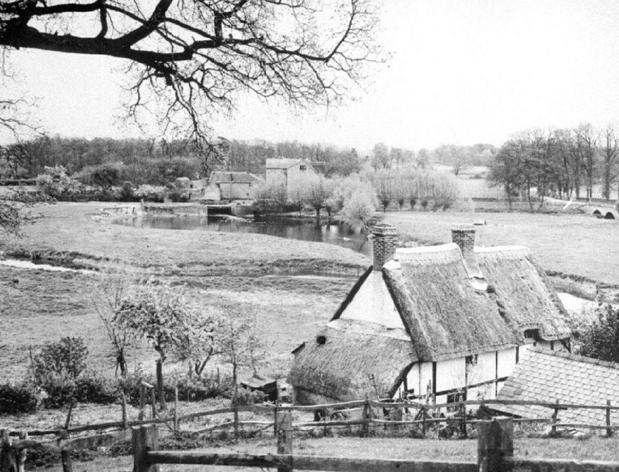 Looking down towards Avon Ford Cottage and the water meadows, Hampton Lucy.  1950s    IMAGE LOCATION: (Warwickshire County Record Office)