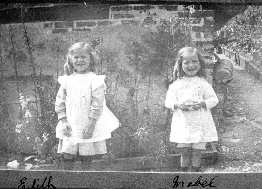 Edith & Mabel Passmore in garden of Avon Ford Cottage, Hampton Lucy.  1916 |  IMAGE LOCATION: (Warwickshire County Record Office) PEOPLE IN PHOTO: Passmore, Mabel, Passmore, Edith
