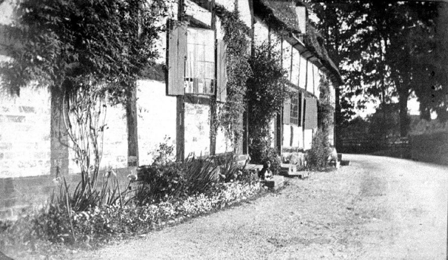 Timbered cottage, 17, Snitterfield Street, Hampton Lucy.  1916 |  IMAGE LOCATION: (Warwickshire County Record Office) PEOPLE IN PHOTO: Passmore, Mabel, Passmore, Edith