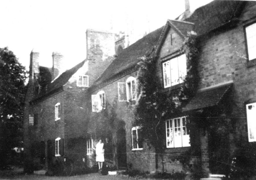 Cottages in Church Street, Hampton Lucy.  1931 |  IMAGE LOCATION: (Warwickshire County Record Office)