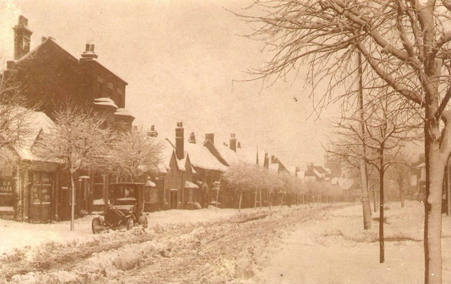 Henley in Arden High Street under snow.  1910s |  IMAGE LOCATION: (Warwickshire County Record Office)