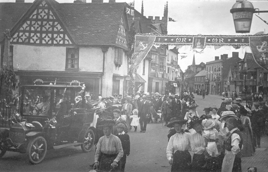 A procession celebrating the coronation of King George & Queen Mary, Henley in Arden.  1910s |  IMAGE LOCATION: (Warwickshire County Record Office)