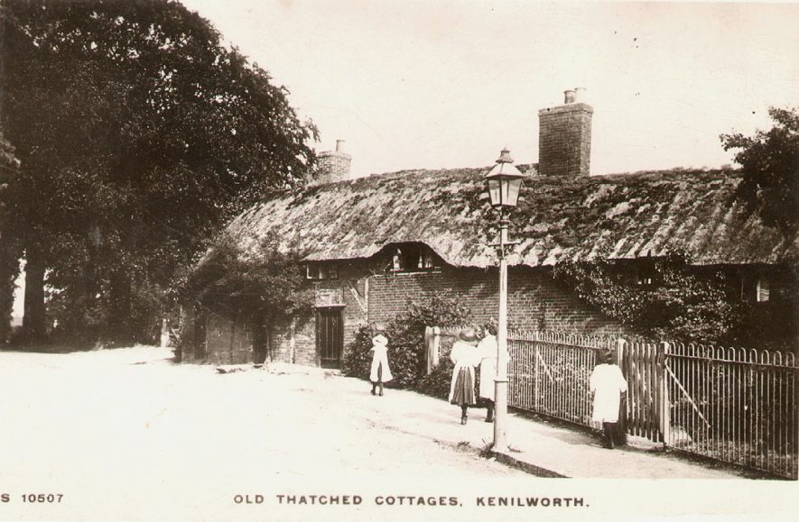 Old thatched cottages, Castle Hill, Kenilworth.  1910s    IMAGE LOCATION: (Warwickshire County Record Office)