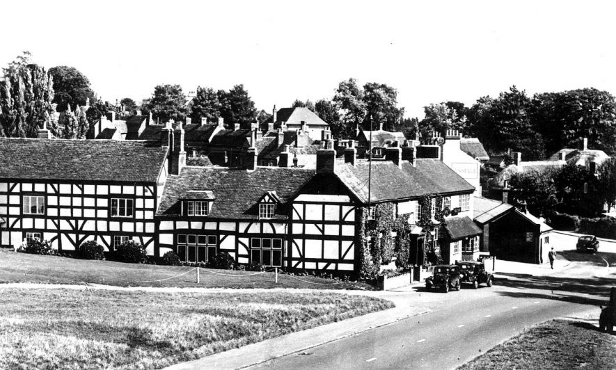 The Queen & Castle Hotel, Castle Green, Kenilworth.  1950s |  IMAGE LOCATION: (Warwickshire County Record Office)