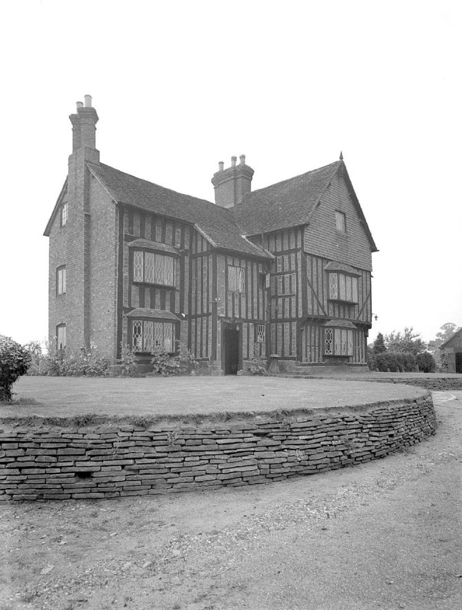 Front exterior of Redfyn Manor house, Chase Lane, Kenilworth.  July 17th 1940 |  IMAGE LOCATION: (Warwickshire County Record Office)