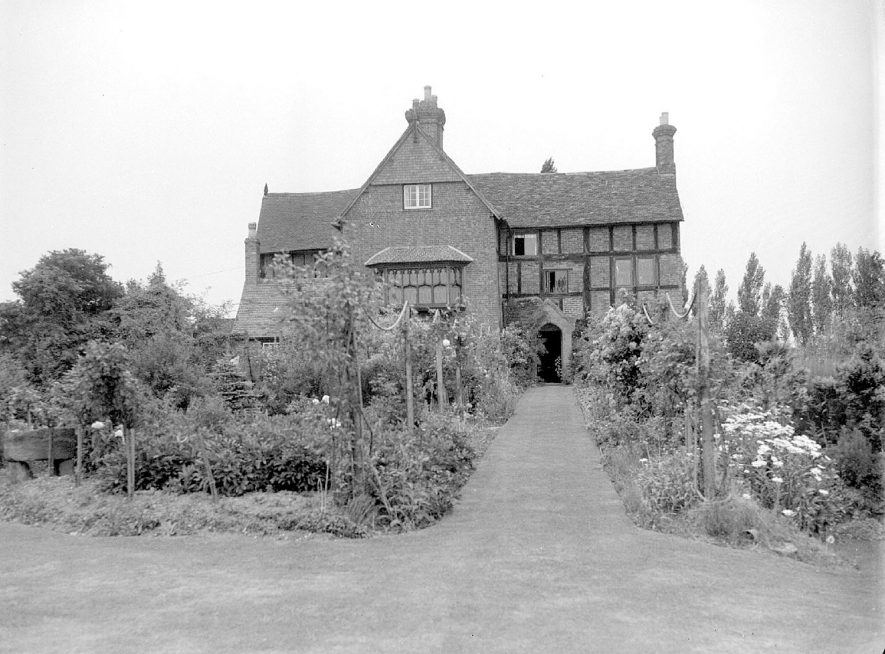 Gardens at the rear of Rudfyn (now Redfern) Manor, Chase Lane, Kenilworth.  July 17th 1940 |  IMAGE LOCATION: (Warwickshire County Record Office)