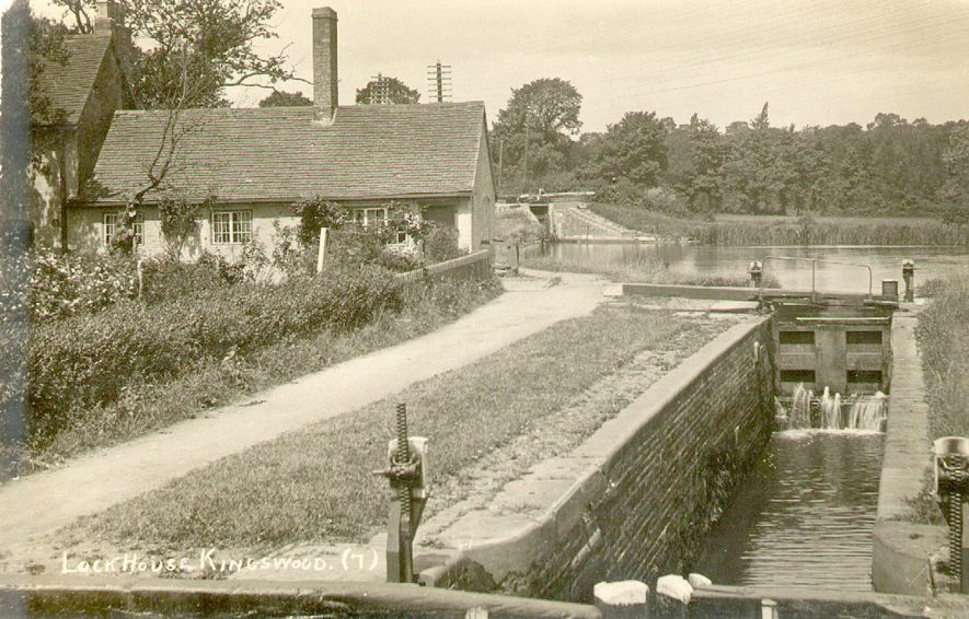 Lock house, canal and an empty lock, Kingswood.  1920s    IMAGE LOCATION: (Warwickshire County Record Office)