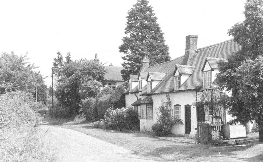 Cottages in Church Street, Welford on Avon.  1950s |  IMAGE LOCATION: (Warwickshire County Record Office)