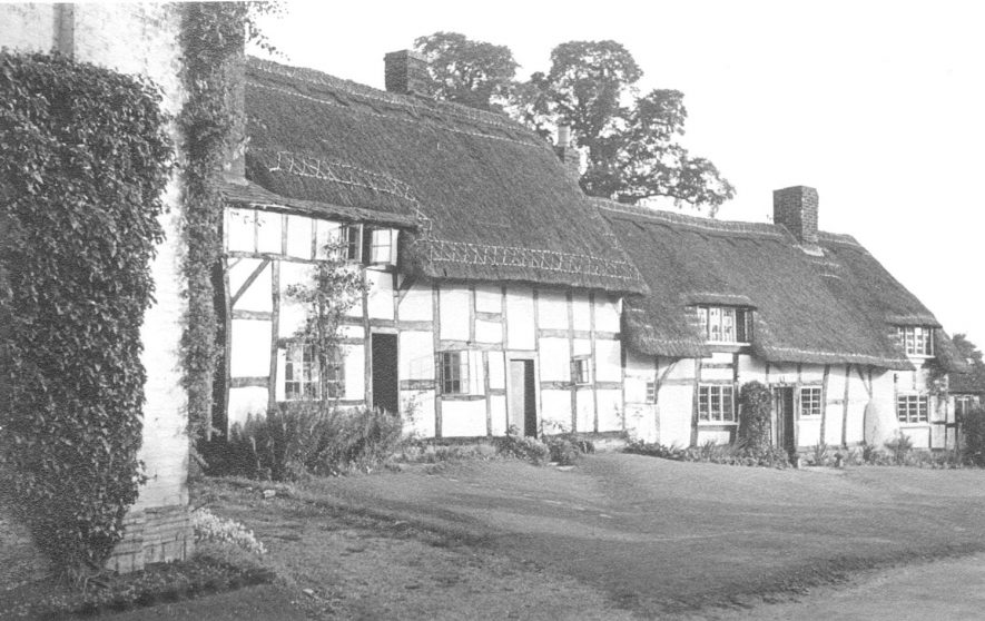 Cottages in Boat Lane, Welford on Avon.  1947    IMAGE LOCATION: (Warwickshire County Record Office)