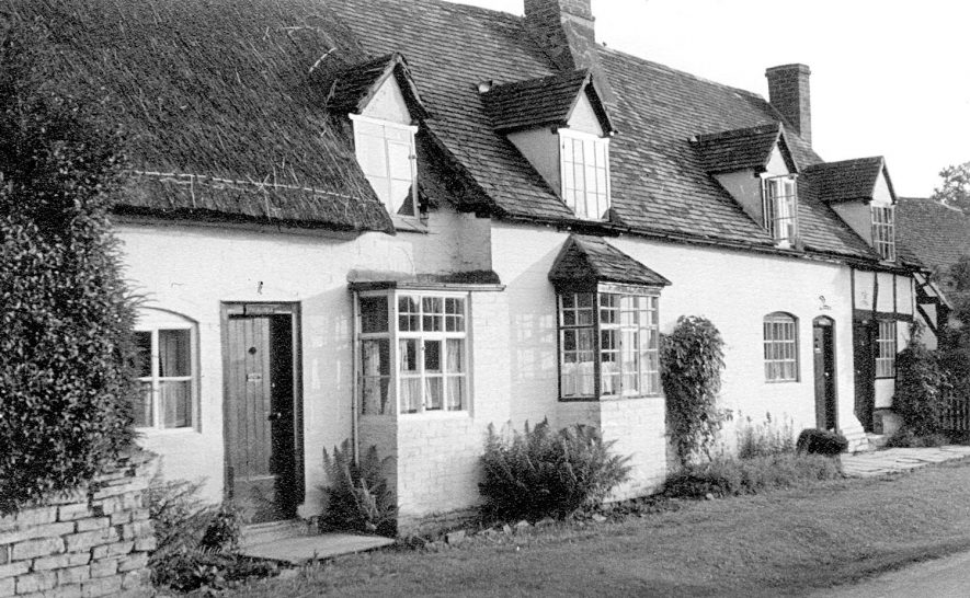 Linga Longa, Avondale and Nutshell cottages, Welford on Avon.  1947 |  IMAGE LOCATION: (Warwickshire County Record Office)