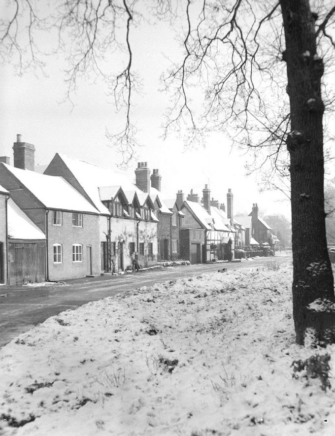 A row of cottages in Ladbroke.  1950s [It has been suggested that this photograph was not taken at Ladbroke.]    IMAGE LOCATION: (Warwickshire County Record Office)