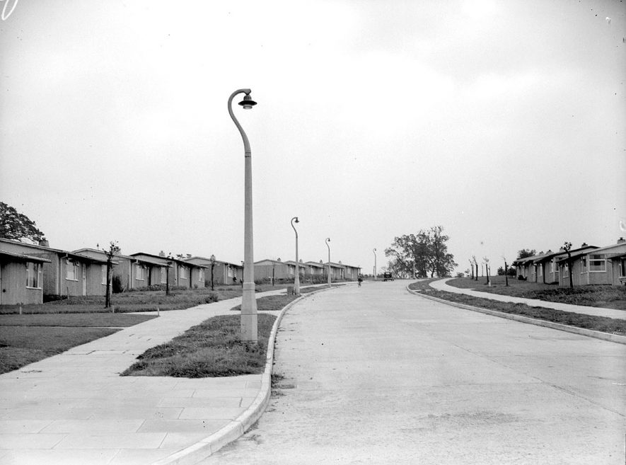 New street lighting by Midland Electricity Company and prefab houses at Lillington.  1949    IMAGE LOCATION: (Warwickshire County Record Office)