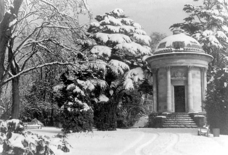 The Temple Memorial, in the snow, Jephson Gardens, Leamington Spa.  Late 1960s |  IMAGE LOCATION: (Warwickshire County Record Office)