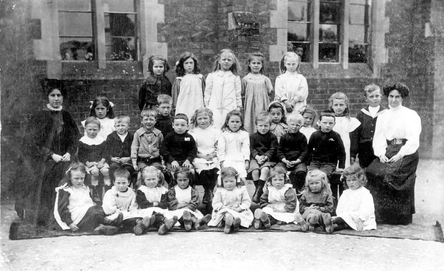 Group of schoolchildren and their teachers, Cherington.  1900s    IMAGE LOCATION: (Warwickshire County Record Office)