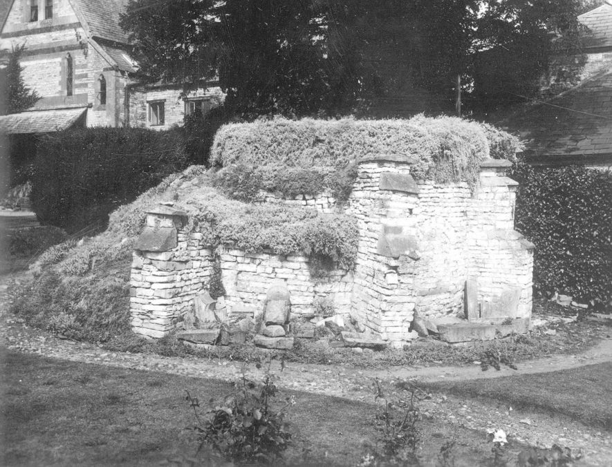 Unidentified ruined stone building in Newbold on Stour.  1920s [It is very likely that this photo relates to Hands Farm, where there was and still are the remains of a bread oven. The bread oven still remained in 1996 and could become functional again.The bread oven room was later used as a coalhouse and there was a dairy next to the bread oven. On the side of the front wall is a stone set into the brickwork with the date 1699.Three Grand National winners came from the Hands stable and it is said that their beer and cider was renowned throughout the country] |  IMAGE LOCATION: (Warwickshire County Record Office)