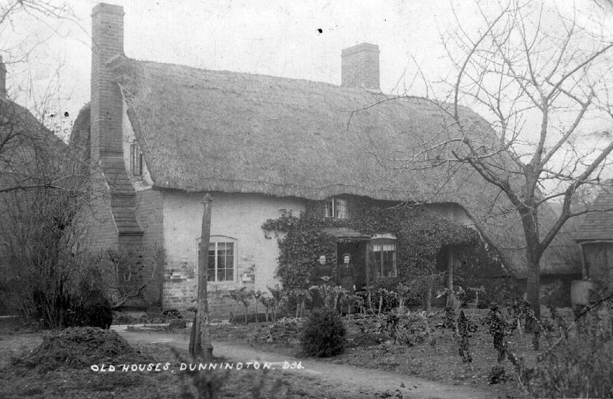 Old Houses, Dunnington.  1900s    IMAGE LOCATION: (Warwickshire County Record Office)