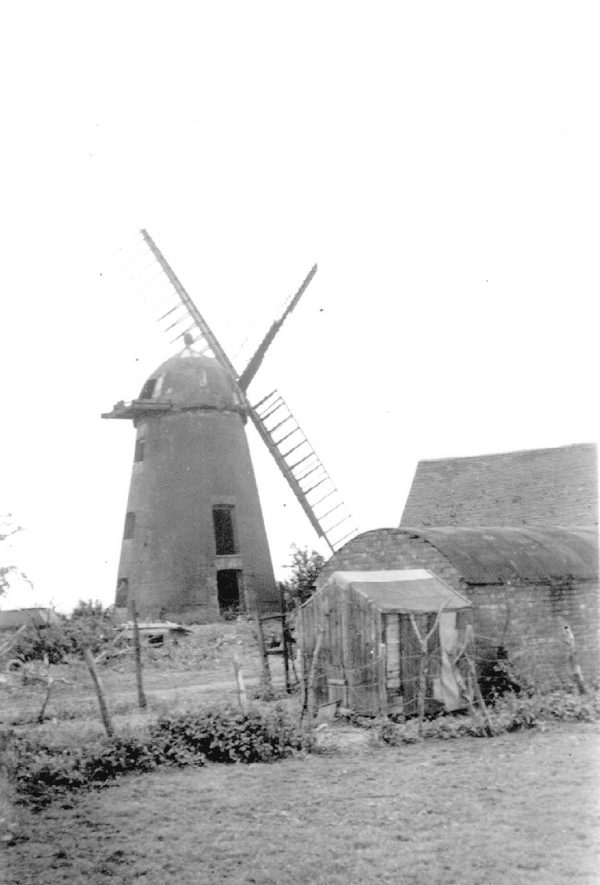 Windmill at Napton on the Hill.  1910s |  IMAGE LOCATION: (Warwickshire County Record Office)