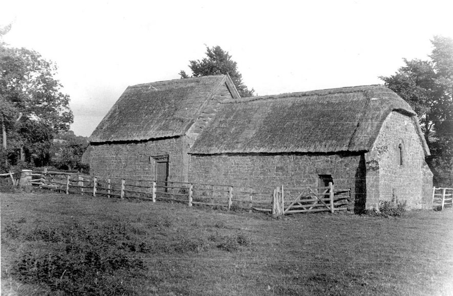 An old thatched barn, known as the Chapel Hovel in Northend.  1938 [It has been suggested that this picture is the other side of img:8043, but both cannot be 1938.] |  IMAGE LOCATION: (Warwickshire County Record Office)
