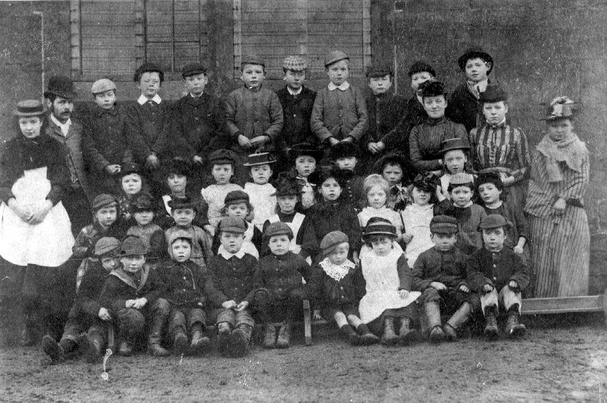 Group of children outside school in Ratley.  1900s |  IMAGE LOCATION: (Warwickshire County Record Office)
